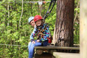 Freizeitaktivitäten - 2 Kinder auf einer Kletterstation im Seilgarten Prora